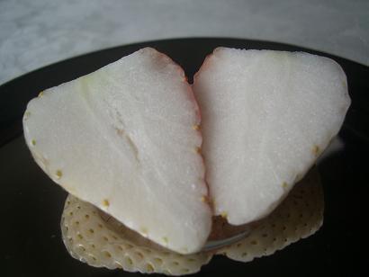 白いイチゴ 004a.JPG